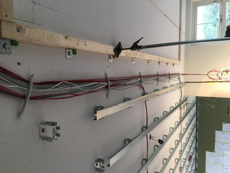 Kabelboom boven verlaagd plafond.